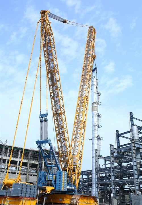 Sarens' CC8800-1 Performs First Reactor Lift at Fertiliser Plant