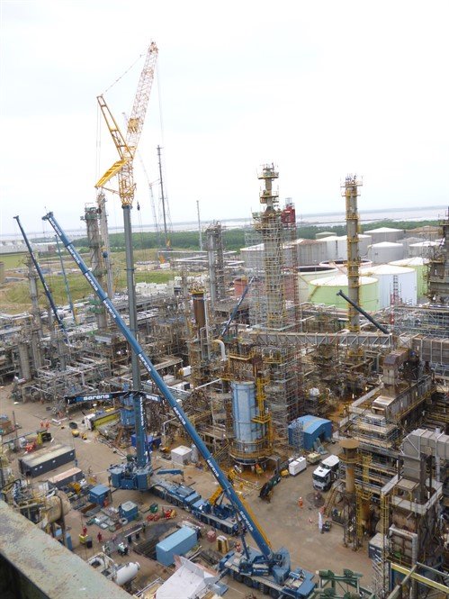 Sarens Undertakes Lifting and Transport Work at a Refinery in